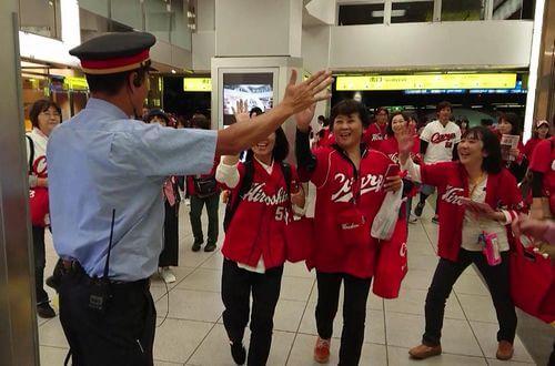 JR広島駅の駅員さんが、カープファンとハイタッチ