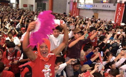 カープ優勝に色めき立つ広島市民