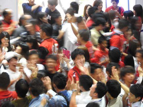 広島カープ優勝で、本通り商店街にハイタッチの行列ができる