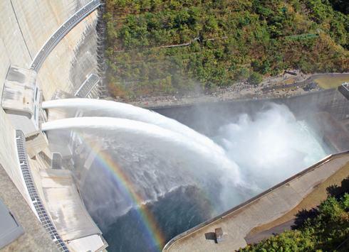 温井ダムで龍姫湖まつり、日本2位の高さを誇るダムで迫力の放水も