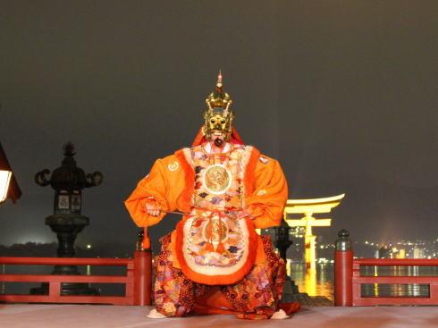 宮島 菊花祭2018、幻想的な夜の厳島神社で舞楽を
