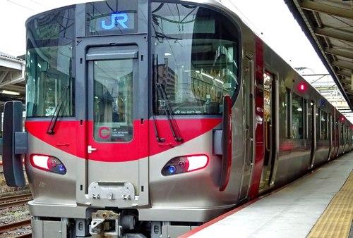 JR西日本が新井選手に「ありがとう!」227系電車を装飾