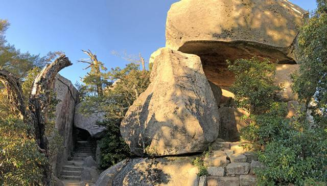 弥山山頂はもうすぐそこ!山頂入口にある、くぐり岩