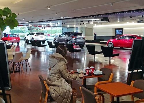マツダ車を眺めながらコーヒーが飲める、タリーズ店舗が広島に