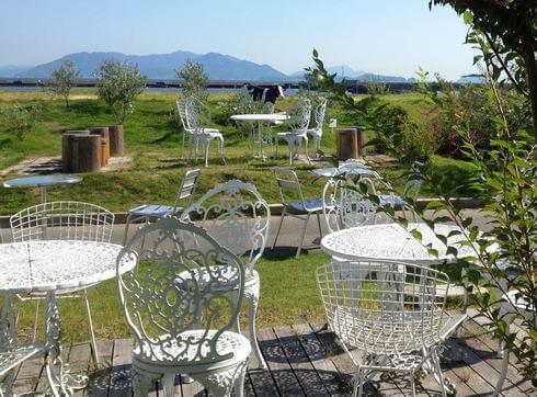 モーツアルト廿日市工場直売店には、お庭やテラス席も