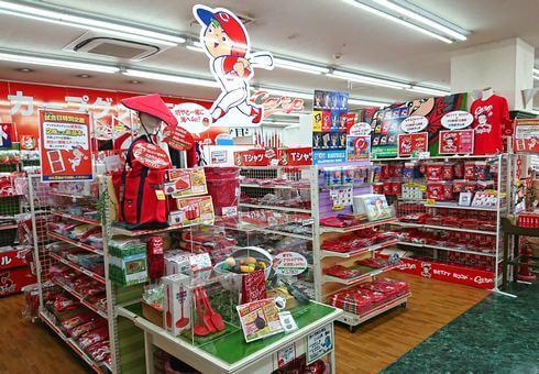 カープグッズ販売エリアが広い、フタバ図書GIGA広島駅前店