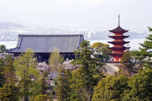 宮島・五重塔と千畳閣(春)