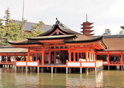 厳島神社摂社客神社祓殿と五重塔