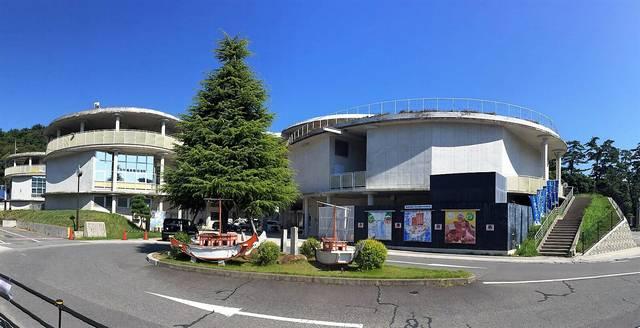 右が桂浜温泉館