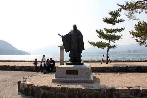 宮島桟橋、広場にある清盛像