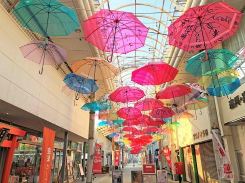 カープカラーの油津商店街(宮崎)234本カラフル傘が風にゆれる