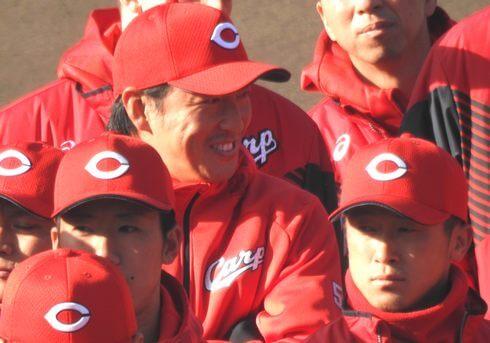 カープの日南キャンプで長野選手がユニホーム姿ファンにお披露目