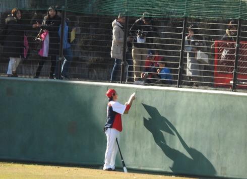サインに応じる長野選手
