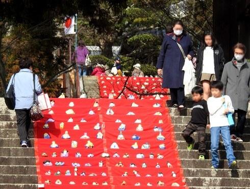 三原・宗光寺(そうこうじ)の階段に、石のお雛様