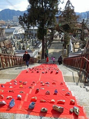 宗光寺で三原の「おひなまつり」石の手作りお雛様が並ぶ