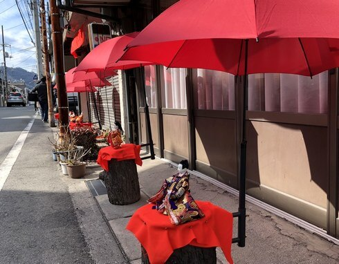 三原駅に近い商店の軒先に雛人形