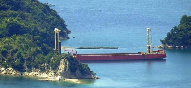 江田島市の無人島、長島にタンカーが停泊