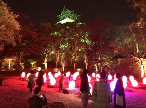 「チームラボ 広島城 光の祭」広島城ライトアップの様子