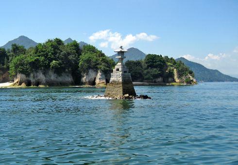 宮島 海に浮かぶ灯篭型灯台「聖崎灯台」