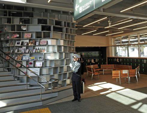 尾道駅、観光案内所の後ろには特産品が飾り付けられた階段が