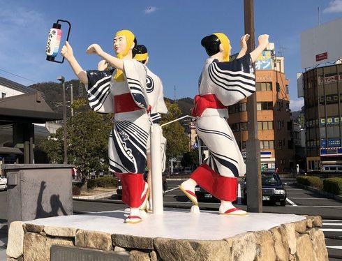 やっさ踊り像が三原駅にお引越し