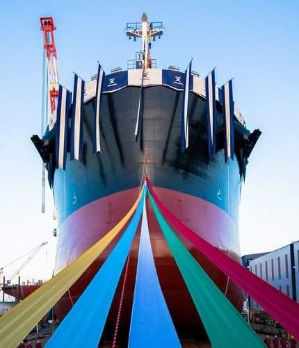 8万トン級貨物船の進水式、福山・常石造船で一般公開