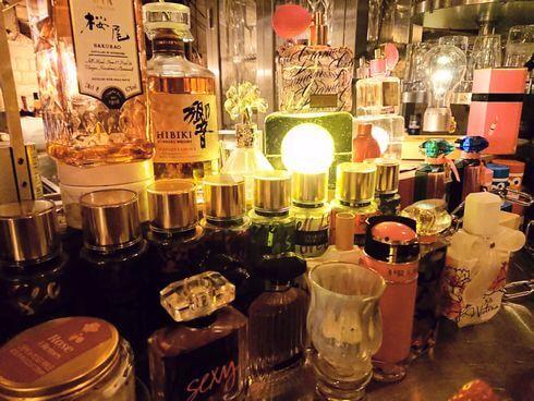 広島のバー、ブルックリンには沢山のブランド香水瓶も