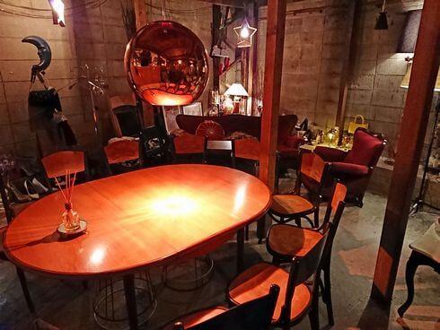広島のバー、ブルックリンのテーブル席
