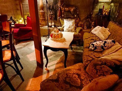 広島のバー、ブルックリンのソファ席