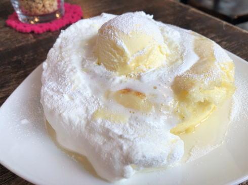 袋町 カフェマルティッド、白いふわモチパンケーキが人気の店
