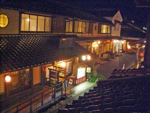 神楽門前湯治村の宿泊施設、夜の風景