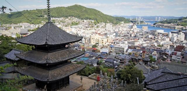 三重塔と尾道の風景