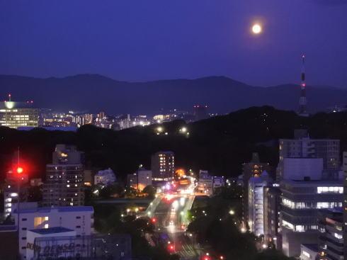 ストロベリームーン、広島市の夜空に美しく