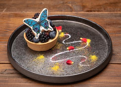喫茶ポルノのメニュー「アゲハ蝶の漆黒タルト」