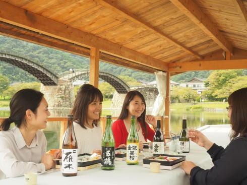 錦帯橋で地酒舟、郷土料理のお弁当付きで秋の特別遊覧船