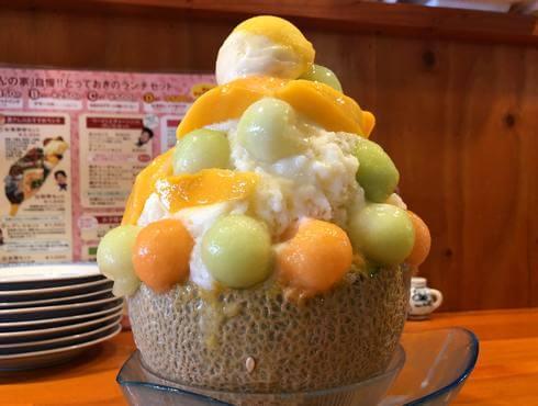 横川の台湾料理店・黄さんの家で、丸ごとメロンかき氷