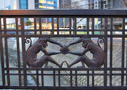 猿猴橋の欄干アートにサルのデザイン