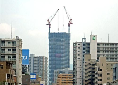 空に伸びる巨大ビル「hitoto広島 ザ・タワー」広大跡地に