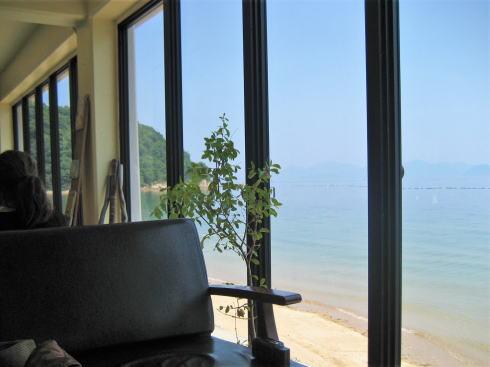 波輝カフェ 店内から見る海の様子