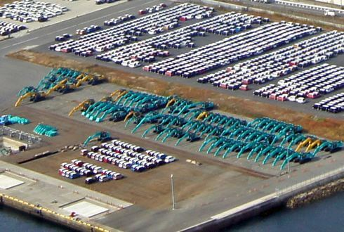 五日市港で整列するコベルコのショベルカー