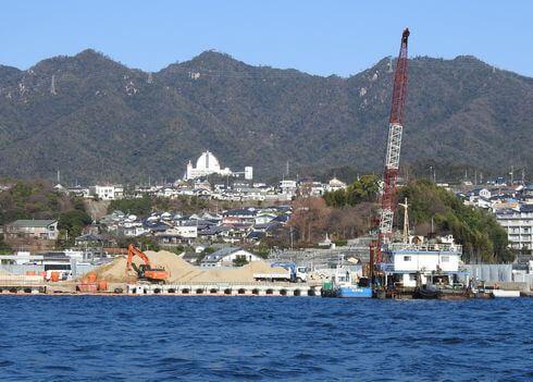 宮島口に土が運び込まれ工事が進む厳島港 2018年の様子