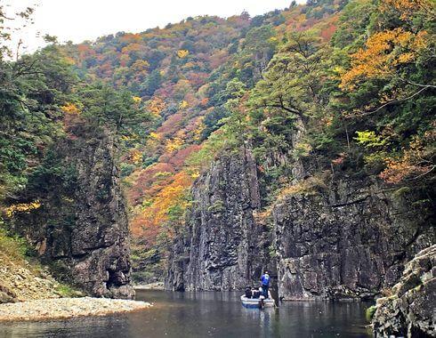 三段峡の魅力的な風景と紅葉・渡し船2
