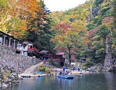 三段峡の魅力的な風景と紅葉・渡し船4