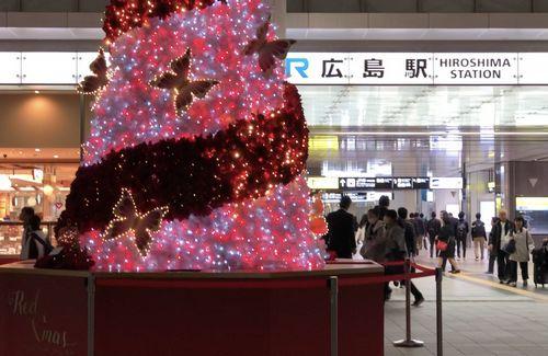 広島駅のクリスマスツリー2019、北口でクリスマス曲と連動する装飾スタート