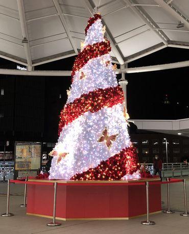 広島駅北口にクリスマスツリー「レッドツリー」