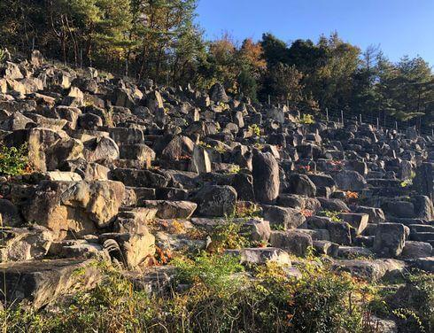 花崗岩の斜面と滝のある安佐サービスエリア