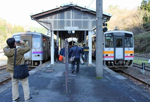 JR芸備線の秘境駅「備後落合駅」で待ちに待ったシャッターチャンス