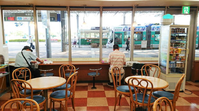 路面電車を眺める広島港のパン屋「ニューポート」総菜パン豊富