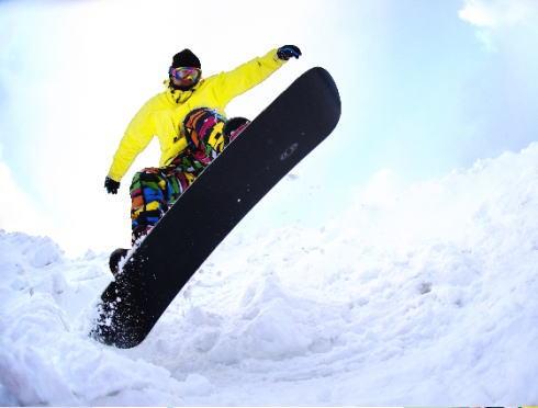 広島発着のスキーバス 運行開始、市内から7つのスキー場へ!