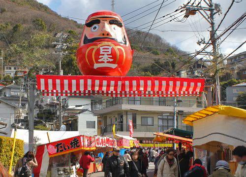 三原のダルマ祭り「三原神明市 2020」日本一だるまコレクション公開も